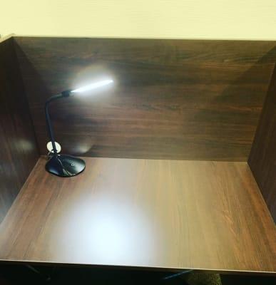 ✔︎机は横幅900mm奥行600mmのゆったりスペース - 千石自習室 資格試験や受験の勉強にどうぞ!の室内の写真