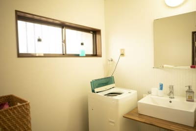 バスタオルご利用後は洗濯機のなかへ入れてください - 四条烏丸シェアサロン.ファースト 町屋風和室の室内の写真