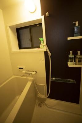 シャワーは一回1500円でご利用いただけます。 レンタルバスタオル有り - 四条烏丸シェアサロン.ファースト 町屋風和室の室内の写真