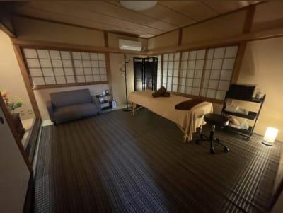 広々とした2階和室です テレビがついてます - 四条烏丸シェアサロン.ファースト 町屋風和室の室内の写真