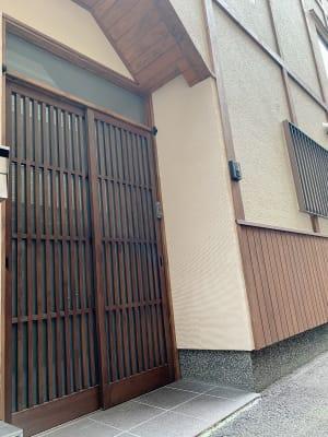 一軒家になります。 私有地ですので、ご近所さまの迷惑になる騒音などご注意下さい - 四条烏丸シェアサロン.ファースト 町屋風和室の入口の写真