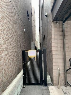 リーガルマンションと烏丸学舎の間の私有地を入っていきます - 四条烏丸シェアサロン.ファースト 町屋風和室の入口の写真