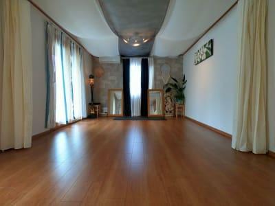 落ち着いた空間は心を穏やかにしてくれます。 - アルタースタジオ スタジオ・ワーキングスペースの室内の写真
