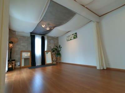間仕切りカーテンを使用してセラピーにもちょうどいい広さにできます。 - アルタースタジオ スタジオ・ワーキングスペースの室内の写真