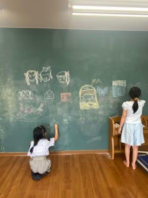 壁はお絵かき黒板になっています。 - 勾当台ハイツ 大部屋(絵本とおもちゃ付き)の室内の写真