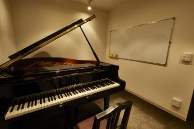 アンドビジョン株式会社 教室2(ピアノスタジオ)の室内の写真
