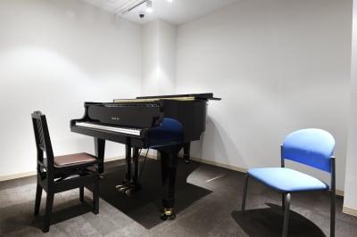 アンドビジョン株式会社 教室1(ピアノスタジオ)の室内の写真