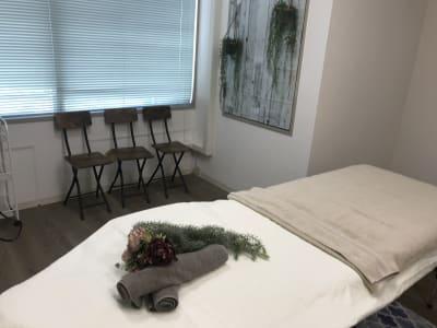横浜レンタルサロン東口店Bサロン スチーマーと施術ベッド2台サロンの室内の写真