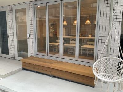 路地に面してベンチがあります。 - ATELIER295 パーティールームの室内の写真