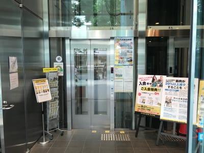 1F エレベーター乗り場 ※4Fフロントまでお越しください - ゴールドジム原宿東京 レンタルスタジオの入口の写真