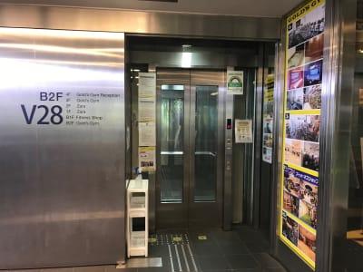 B2F エレベーター乗り場 ※4Fフロントまでお越しください - ゴールドジム原宿東京 レンタルスタジオの入口の写真