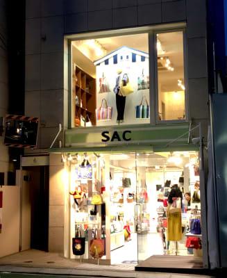 SACに向かって左側に通路入口があり、奥に入っていくとエレベーターがあります - スぺリアルメソッド表参道店 ハリウッドの外観の写真