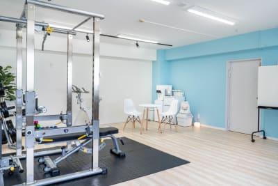 関内フィットネススタジオ ダンス・ヨガ・撮影スペースの室内の写真