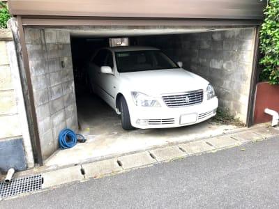 ガレージには高さのないセダンタイプなら一台停められます(施設共有・先着順) - 大宮台ひだまりと本の家 洋室の室内の写真