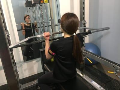 個室で自由にパワーラックで本格的なバーベルでのフリーウエイトトレーニングが可能! - シェアジム 完全個室シェアジムの室内の写真
