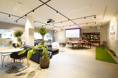 会議室の他に1時間から利用できる、コワーキングスペースがあります。 - Plug-In (プラグイン) 貸し会議室の入口の写真
