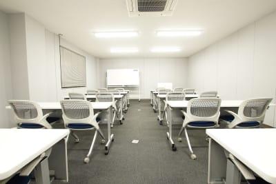 【大会議室】 2,500円/時~ 20名様まで利用可能。 - Plug-In (プラグイン) 貸し会議室の室内の写真