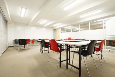 【小会議室】 2,500円/時 10名様まで利用可能。 - Plug-In (プラグイン) 貸し会議室の室内の写真