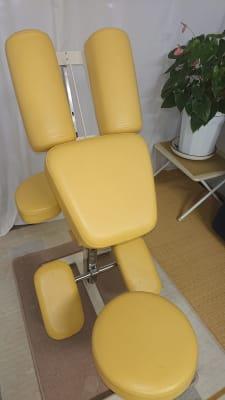 首、肩、腕、僧帽筋などの施術のアプローチが可能な施術台 座って半うつ伏せで施術が - 貸会議室リヴィング・ラボとくしま レンタルサロン相談ルーム(個室)の室内の写真