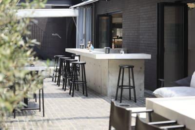 1階テラスバーカウンター - CEN cafe & bar オープンテラスの室内の写真