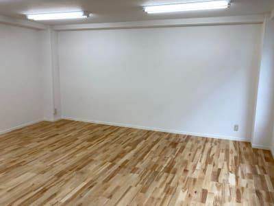 真っ白な壁で撮影にも最適です。 - レンタルスタジオ 3CLAPS 広島レンタルスタジオの室内の写真
