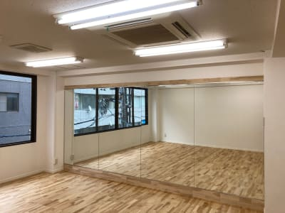 幅4.3m、高さ1.8mの大型鏡です。 - レンタルスタジオ 3CLAPS 広島レンタルスタジオの室内の写真