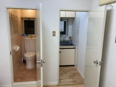 スタジオ内にトイレと更衣室完備。 - レンタルスタジオ 3CLAPS 広島レンタルスタジオの設備の写真