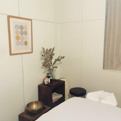 茶色い棚の上部を資材置きにお使いいただけます - リラクゼーション suisai レンタルサロンの室内の写真