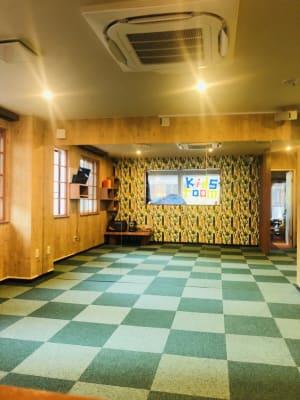 大きい窓があるので換気も◎!カーペットは裸足でも上靴でも利用可能。 - Emon's chouchou イベントスペース、ダンススタジオの室内の写真
