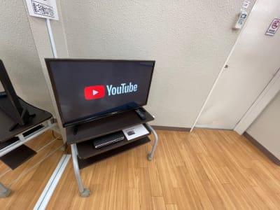 32型TVモニター ・リモコンのボタン1つでYouTubeが視聴できます。  - れんたるスタジオMINT レンタルスタジオ 1階の設備の写真