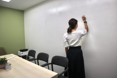 入って右側の壁はなんとホワイトボード! - サクラサク 会議室の設備の写真