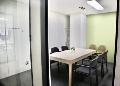 清潔感溢れるビルの一室にある会議室 - サクラサク 会議室の室内の写真