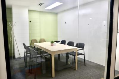 開放感ある会議室。(廊下はあまり人通りはありません。) - サクラサク 会議室の室内の写真