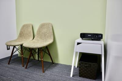 プロジェクターは無料で貸し出ししております。 - サクラサク 会議室の設備の写真