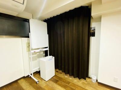 部屋の1部をカーテンで区切って着替えスペースとしてご利用いただけます。 - Studio Face ダンスのできるレンタルスタジオ の室内の写真