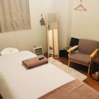 冬はエアコンの他、電気ストーブを使用いただけます - リラクゼーション suisai レンタルサロンの室内の写真