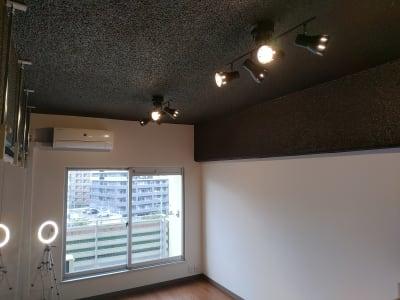 照明 4灯スポットライトを2台設置しております。 - ひのまるスタジオ天神 大丸前多目的レンタルスタジオの室内の写真