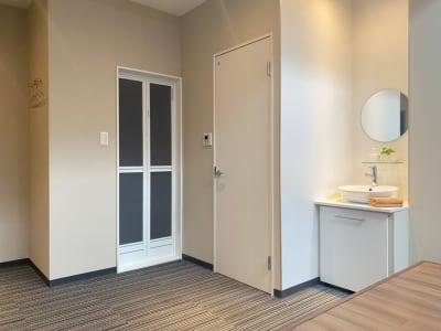 トイレ、シンク、シャワーも利用可能です - CULTI EARL HOTEL 家具ありレンタルスペース1の室内の写真