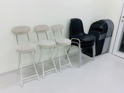 ★パイプ椅子×12 ★固定椅子×3 ★ハイスツール×3 - FLASHスタジオ-渋谷- レンタルスタジオの設備の写真