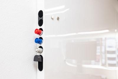 ホワイトボードは無料で使用可能です。 - 大阪駅前第1ビル 6F 5-2 会議室の設備の写真