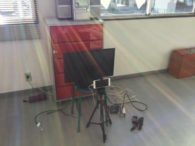 オンライン用モニター、三脚、コンセントあり - 池田ビル トモコ・バレエ・スタジオの設備の写真