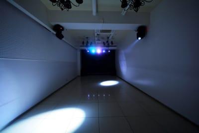 LEDライト・ムービングライトで照明演出 白い灯がぐるぐる回ります - CHELSEA TERRACE 【※臨時休業中】撮影・イベントの室内の写真