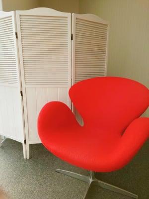 待合い席 デザイナーズチェア1席 - ネイル専用サロンCrystal ネイルテーブルAの室内の写真