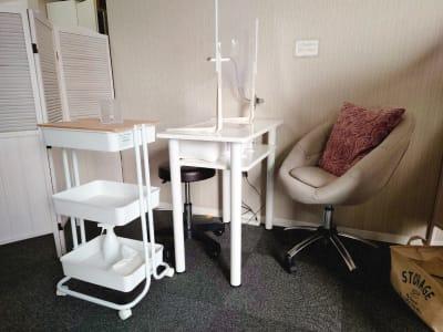 ネイル専用サロンCrystal ネイルテーブルCの室内の写真