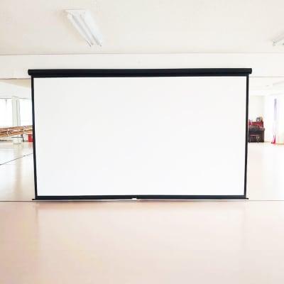 巨大スクリーン - スタジオ・ブロードウェイ 多目的スタジオの室内の写真
