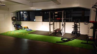 トレーニング利用時人工芝を広げることができます。 - BAYSスタジオ レンタルスペースの室内の写真