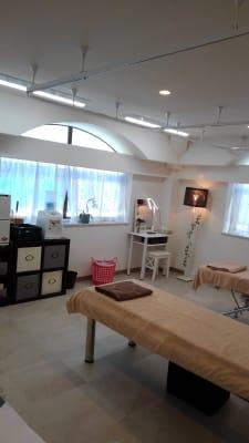 明るい店内 - リラク&エステ らくーる 3Fネイル・まつ毛ブースの室内の写真
