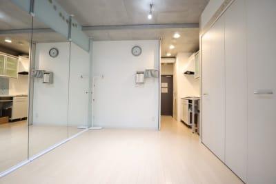 スタジオ メインスペース 玄関方向 - スタジオAXI 原宿店 スタジオAXI エトワール原宿の室内の写真