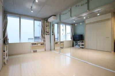 スタジオ メインスペース(全身鏡 3.6x2m,フローリング) - スタジオAXI 原宿店 スタジオAXI エトワール原宿の室内の写真