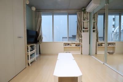 スタジオ メインスペース ローテーブル - スタジオAXI 原宿店 スタジオAXI エトワール原宿の室内の写真